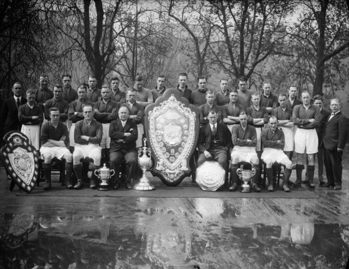 Arsenal FC with their  trophies April 1931  (Photo by S. R. Gaiger/Topical Press Agency/Getty Images)